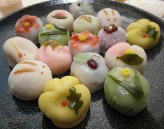 Quando si parla di cucina giapponese, si pensa sempre ai soliti sushi, sashimi, tempura. Ultimamente nei ristoranti giapponesi si stanno diffondendo anche altre specialità, come ramen, katsudon, takoyaki. Ben pochi però conoscono i dolci giapponesi, wagashi (和菓子). Con wagashi si intende la pasticceria tradizionale giapponese, cioè i dolci che di solito vengono serviti durante la cerimonia del tè (ma non solo). Gli ingredienti alla base di questi dolci sono tutti naturali, estratti da piante…
