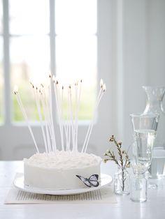"""pitkät, kapeat, valkoiset kynttilät äidin """"pitsikakkuun"""""""