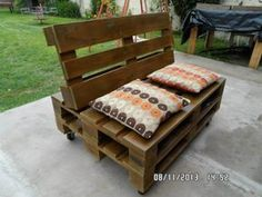 Pallet Outdoor Furniture Cushioned Pallet Sofa Seat on Wheels - Easy Pallet Ideas - Here we are with this DIY cushioned wood pallet sofa raised on wheels for ease of movement! Palette Furniture, Pallet Furniture Designs, Wooden Pallet Furniture, Furniture Ideas, Pallet Designs, Wood Pallet Couch, Pallet Cushions, Wood Pallets, Pallet Ideas Easy