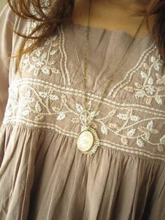 peasant shirt and cameo. Estilo Fashion, Look Fashion, Ideias Fashion, Womens Fashion, Mori Girl, Mein Style, Moda Boho, Bohemian Mode, Mode Chic