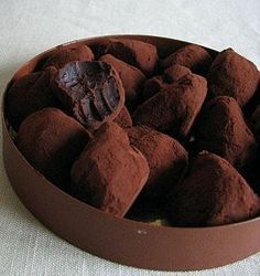 Рецепт Finely chop the chocolate in a bowl. Chocolate should be taken high-quality, high in cocoa. Chocolate Bonbon, Chocolate Desserts, Homemade Chocolate, Chocolate Truffles, No Cook Desserts, Delicious Desserts, Yummy Food, Russian Desserts, Russian Recipes