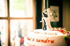 Bruidstaart met hartstochtelijke bruidspaar topper