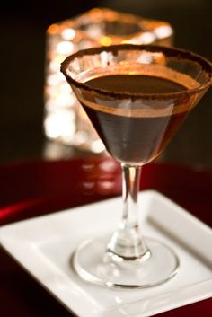 Red Carpet Peppermint Mocha Martini with Kahlua espresso vodka guitard chocolate peppermint schnapps. Refreshing Cocktails, Cocktail Drinks, Fun Drinks, Yummy Drinks, Alcoholic Drinks, Cocktail Shaker, Beverages, Christmas Cocktails, Holiday Drinks