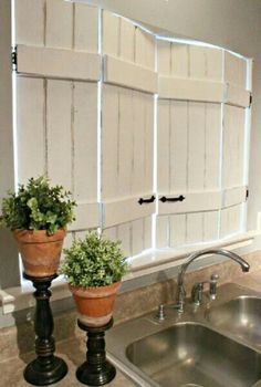 My HUGE kitchen window needs these! Unique DIY Kitchen Shutters from IKEA bed slats! Cheap Home Decor, Diy Home Decor, Decor Crafts, Diy Crafts, Kitchen Shutters, Kitchen Windows, Diy Shutters, Country Shutters, Homemade Shutters