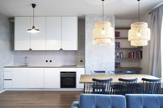 Na stěny v kuchyňské části nechali architekti nanést praktickou stěrku v imitaci betonu.