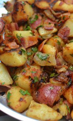 Easy Skillet German Potato Salad (vinegar based with bacon) Best Potato Recipes, Healthy Recipes, Cooking Recipes, Cabbage Recipes, German Food Recipes, German Recipes Dinner, Quick Recipes, Pastas Recipes, Side Dish Recipes
