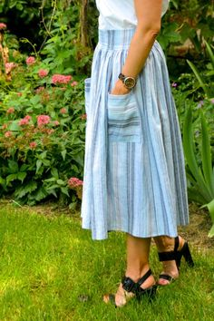 Sewing Skirts Midi Skirt Tutorial - Finished Skirt with patchwork pockets - Get all the steps you'll need to sew this trendy gathered midi skirt with patchwork pockets Skirt Patterns Sewing, Clothing Patterns, Coat Patterns, Blouse Patterns, Diy Clothing, Sewing Clothes, Dress Sewing, Barbie Clothes, Diy Fashion