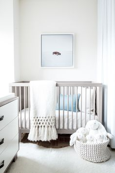 34 Gender Neutral Nursery Design Ideas That Excite - DigsDigs Grey Nursery Boy, Grey Crib, Nursery Neutral, Nursery Room, Nursery Decor, Nursery Modern, Simple Baby Nursery, Neutral Nurseries, Babies Nursery