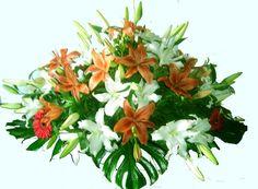Centro de flores blancas y naranja