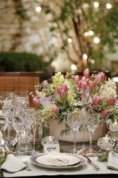 Cachepot e louça by Vestindo a Mesa com detalhes que amamos e que deram o tom delicado e romântico para este jantar à luz de velas comemorando o Dia dos Namorados!