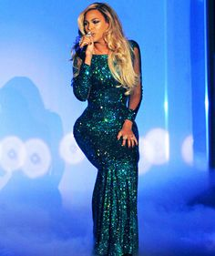 """Beyonce performs """"XO"""" at 2014 BRIT Awards in a sparkly teal gown by Vrettos Vrettakos and Lorraine Schwartz jewelry Beyonce Performance, Queen Bee Beyonce, Gown Pictures, Photos, Beyonce Knowles Carter, Beyonce Style, Glam Dresses, Celebs, Celebrities"""