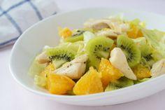 Dieser Salat ist zwar leicht eine leichte, aber dennoch nahrhafte Mahlzeit. Ananas, Kiwi und Orange sorgen zusätzlich für eine fruchtige Note.