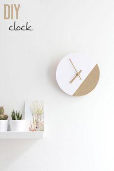 DIY Ikea hack. Réalisez facilement une belle horloge  graphique à partir d'un dessous de plat Ikea. Collez dessus une feuille épaisse de papier blanc que vous aurez peinte sur une partie. Peignez aussi les aiguilles (trouvées dans un magasin de loisirs créatifs) puis placez-les au centre de votre horloge. Ajoutez le mécanisme pour horloge derrière (trouvé en magasin de loisirs créatifs) et le tour est joué! Fixez votre horloge avec une attache pour cadre. #diy #horloge #graphique #ikea