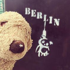 What is that supposed to mean? . . #berlingraffiti #berlinstyle #dogsofberlin #berlinmonamour #fluffylife #hundeleben #kuscheltier #plushiesofinstagram #fluffy #pleaseexplain #lovelaughlobilat