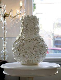 Hij staat half voor het raam, alleen te stralen op een rond wit tafeltje. Zo komt hij helemaal tot zijn recht, een prachtige, mooie en unieke vaas. Een echte blikvanger in onze woonkamer, zeg maar gerust een pronkstuk. Hij is met de hand gemaakt, vol met porseleinen bloemetjes.