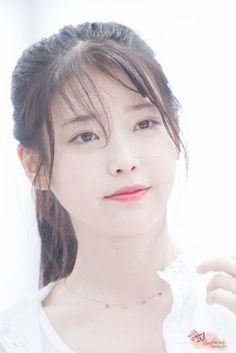 IU 160722 Incheon Airport departing for Nanjing Korean Beauty, Asian Beauty, Singer Fashion, Celebrity List, K Pop Star, Pretty Asian, Korean Star, Korean Celebrities, Kawaii