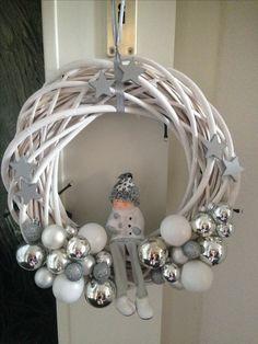 Christmas Advent Wreath, Driftwood Christmas Tree, Diy Christmas Lights, Woodland Christmas, Xmas Wreaths, Christmas Crafts, Christmas Makes, Beautiful Christmas, Christmas Centerpieces