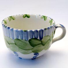 Tassen & Häferl der Familie VertBleu! Die Grün-Blaue Designfamilie von Unikat-Keramik. Das wohl einzigartigste Keramik Geschirr der Welt! Serving Bowls, Mugs, Tableware, Unique, Design, Tea Cups, Blue Green, Tablewares, World
