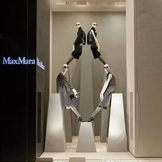 Max Mara from @vitrinismo  Геометрия & колор  #maxmara #mannequin #windowdisplay #vitrinistika #витринистика