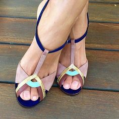 her beautiful toes & chie mihara sandals. Fab Shoes, Pretty Shoes, Dream Shoes, Crazy Shoes, Beautiful Shoes, Cute Shoes, Me Too Shoes, Pretty Sandals, Outfit Stile