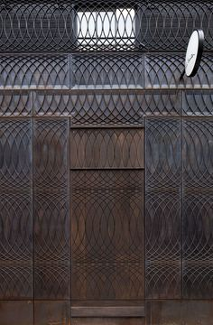 Beautiful relief pattern drawn by designer Paul Smith for his store facade. Story: Paul Smith Albemarle Street store facade by Architects Detail Architecture, Interior Architecture, Interior And Exterior, Interior Design, Brick Architecture, Commercial Architecture, Exterior Doors, Paul Smith, Smith Store