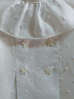 Blusa de plumeti con estrellas de nacar en el pecho