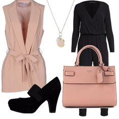 Outfit da giorno pensato per andare in ufficio, per essere comode e chic. Tuta morbida nera abbinata a giacca smanicata rosa dallo scollo profondo e spacco sul retro. In abbinamento: bellissima borsa Guess rosa, collana con ciondolo sempre rosa e scarpa nera, tacco medio con plateau per essere più comode.