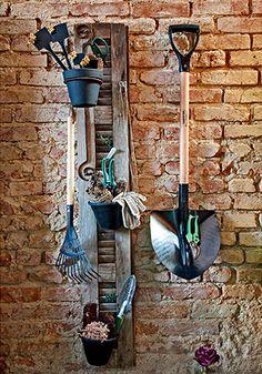 Ideal para varandas e pequenos espaços, o organizador da La Calle Florida foi feito com a folha de uma janela. Pintados de preto, os vasinhos guardam ferramentas pequenas e luvas