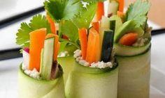 Rouleaux de courgettes accompagnés de petits légumes