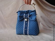 Сумочка `  Джинс - горошек`. Оригинальная сумочка для летних дней.     Сшита из джинсовой ткани  в горошек, украшена  шитьем , кружевом, жемчужинками. Подкладка из хлопка голубого  цвета.    Сумочка отлично держит форму , вместительная .