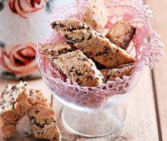 Glutenfria biscotti bakade med mandelmjöl. Grovhackad mörk choklad och finrivet skal av citron ger kakorna fin smak. Bli inte rädd om degen känns kladdig, det ska den vara. Skorporna kommer att bli knapriga och goda när de är klara.