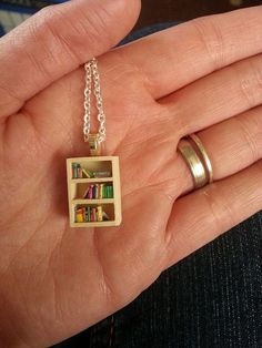 Bookshelf necklace from Craftster Book Jewelry, Cute Jewelry, Diy Jewelry, Jewelery, Silver Jewelry, Jewelry Accessories, Unique Jewelry, Book Necklace, Things To Buy