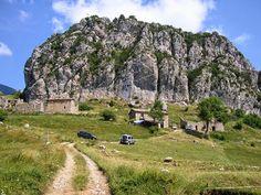 El poble abandonat de Peguera, al Berguedà (Catalunya - Catalonia) Villas, Abandoned Places, Mount Rushmore, Barcelona, Places To Visit, Castle, Country Roads, Mountains, Nature