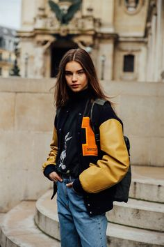 Model's look: the model's style at Paris Fashion Week All looks of models seen at the Fashion Week in Paris Spring Outfits Women Casual, Oufits Casual, Casual Pants, Casual Outfits, Fashion Week Paris, Spring Fashion, Varsity Jacket Outfit, Tracksuit Jacket, Joggers Outfit