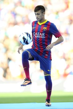 Neymar Photos Photos - Neymar waves to the crowd during his official presentation as a new player of FC Barcelona at Camp Nou Stadium on June 2013 in Barcelona, Spain. - Neymar Unveiled as New FC Barcelona Player Neymar Jr, Fc Barcelona Players, Lionel Messi Barcelona, Barcelona Soccer, Barcelona Spain, Hulk, Only Play, Soccer World, Sports Photos