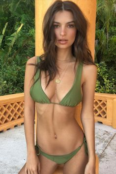 Emily Ratajkowski Pulled This Smart Swimsuit Trick Right Out of Her Hat