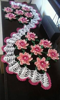 Recipe for how to make this Beautiful Crochet table path in the Sunflower. Diy Crafts Crochet, Crochet Home, Cute Crochet, Beautiful Crochet, Crochet Projects, Irish Crochet, Crochet Flower Patterns, Crochet Designs, Crochet Flowers