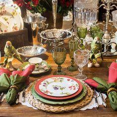 Uma decoração com cores e estampas se encaixa perfeitamente na mesa posta para o fim de semana. Para dar aquele charme ao receber amigos ou família! #laville #lavillecasa #listadecasamento #mesa #cozinha #decoração #tropical #jantar