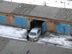 Девушка паркуется в гараж. Угар