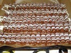 Domácí mini Bounty tyčinky, krok 3: Nakonec nahřejeme ve vodní lázni sáček s bílou polevou, ustříhneme roh sáčku a přes válečky uděláme bílou polevou linky. Necháme ztuhnout. Naskládáme do krabice  a skladujeme v chladu. (Mívám cukroví plnej balkón ;-) ) Christmas Sweets, Christmas Baking, Christmas Cookies, Cooking Cookies, Czech Recipes, Animal Print Rug, Food And Drink, Cheesecake, Ferrero Rocher