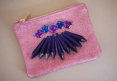 DIY Chandelier Crystal Clutch - The prismatic affect of the DIY Chandelier Crystal Clutch makes this tutorial one to mimic. The clutch is modeled after Mawi's latest handban. Fashion Moda, Diy Fashion, Latest Fashion, Fashion Ideas, Fashion Design, Diy Purse Projects, Garden Projects, Clutch Tutorial, Diy Tutorial