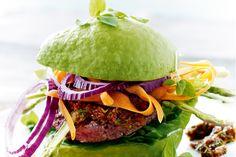En anderledes lækker og sund burger med spicy oksebøf og avocadobolle.