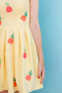 Spruce up a plain dress or shirt by using DIY iron-on transfers! So easy to do! Looks Style, My Style, Pineapple Clothes, Textile Pattern Design, Pineapple Print, Diy Dress, Mellow Yellow, Mode Inspiration, Sewing For Kids