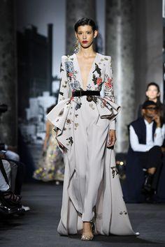 Elie Saab at Haute Couture Week: Fall/Winter Peplum big ruffles on the side long dress with a V-neck. Haute Couture Style, Couture Week, Couture Mode, Fashion Week Paris, Runway Fashion, Fashion Trends, Look Fashion, High Fashion, Fashion Show