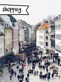 """Die dänische Hauptstadt Kopenhagen ist ein gehyptes Reiseziel für Modebegeisterte und Fans von gutem Kaffee und hübschen Fahrrädern. Der Name Kopenhagen hieß früher auf deutsch so viel wie """"Hafen der Kaufleute"""" – heute wird die Stadt auch gern """"Venedig des Nordens"""" genannt, denn das viele Wasser gehört zum Markenzeichen der Stadt. Als Städtetrip oder """"Inspirationsreise"""" …"""