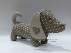 A polka dot patterned sausage dog shaped cushion - Salvabrani Sewing Toys, Sewing Crafts, Sewing Projects, Patchwork Baby, Fabric Animals, Fabric Toys, Quilt Stitching, Easy Diy Crafts, Stuffed Toys Patterns