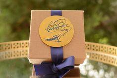 Λινό κουτί με το concept του γάμου σας χαραγμένο σε επίχρυσο μεταλλικό στοιχείο