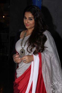 Vidya Balan looks effortlessly glam in this Desi look Bollywood Actress Hot Photos, Indian Bollywood Actress, Bollywood Saree, Beautiful Bollywood Actress, Beautiful Actresses, Indian Actresses, Bollywood Fashion, Beautiful Women Over 40, Beautiful Girl Indian