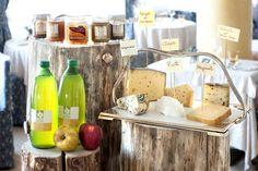 I nostri prodotti tipici: il succo mela e le marmellate fatte in casa, in più la selezioni di formaggi offerti tutte le sere.