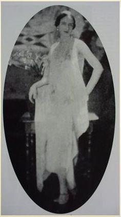 Княгиня Ирина Юсупова в качестве модели в вечернем платье своего модного дома «IRFE».